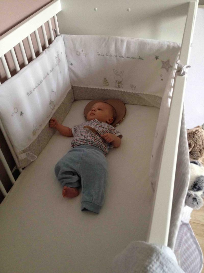 mobilier table b b dans son lit. Black Bedroom Furniture Sets. Home Design Ideas