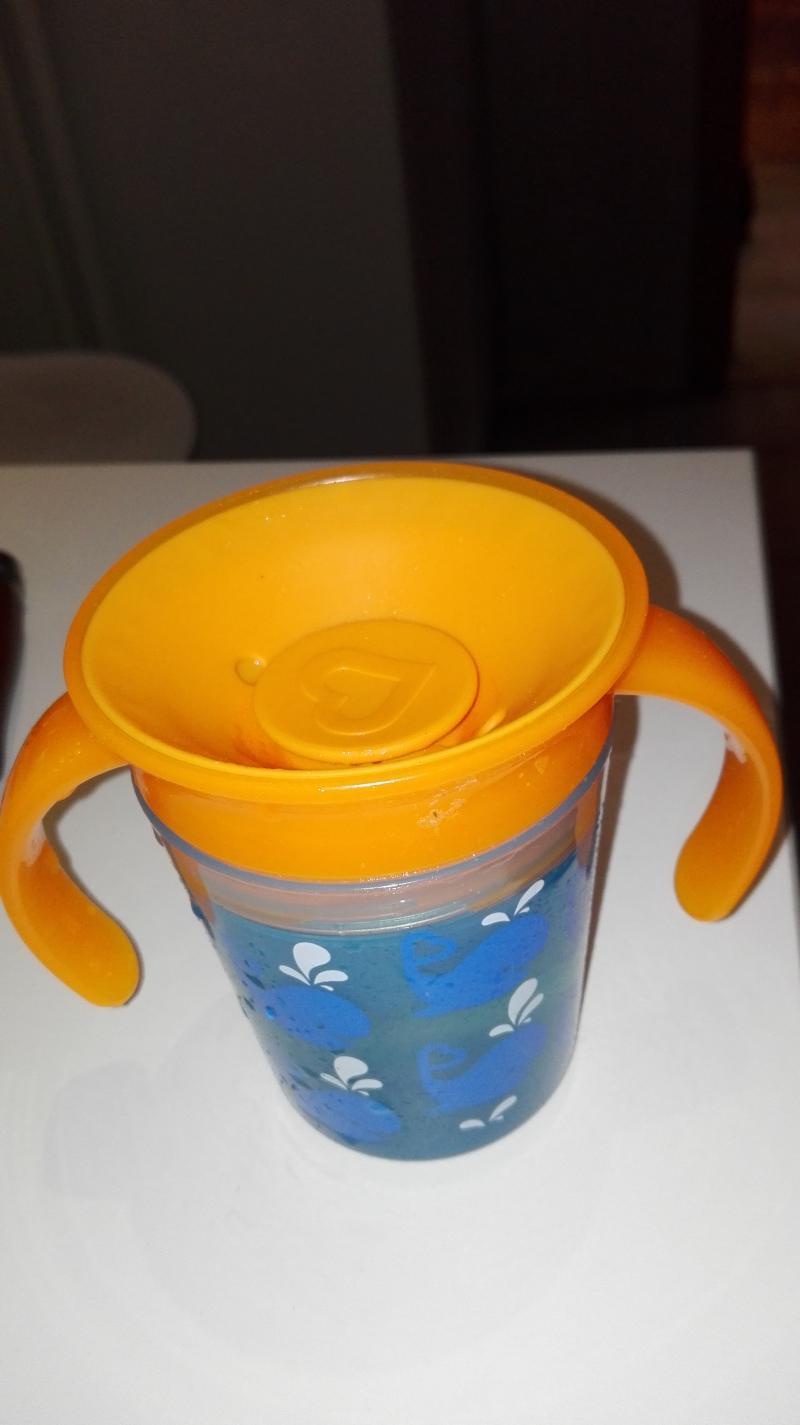 Il est fait en céramique et est disponible en capacité : 10 onces liquides, couleur principale : blanc, couleur secondaire : bleu.